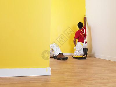 正在刷漆的工人图片