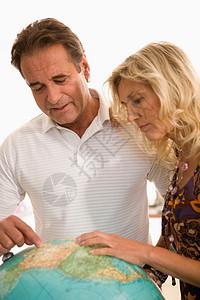夫妻俩计划下一次旅行图片