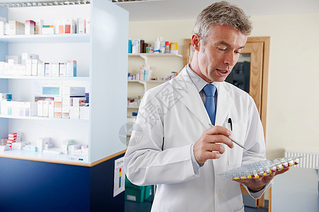 药师正在配制药片图片