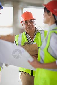 建筑商与建筑师在交谈图片