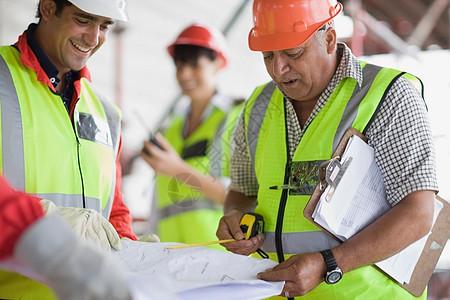 建筑师在讲解施工计划图片