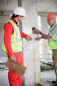 建筑师与建筑工人在交谈图片
