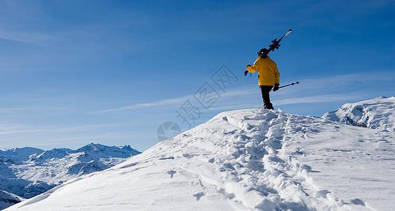 站在山顶的滑雪者图片