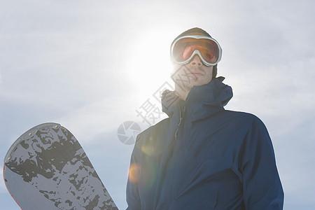 带滑雪板的滑雪运动员图片