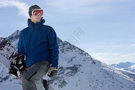 站在山上的滑雪运动员图片