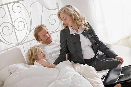 孕妇与家人图片