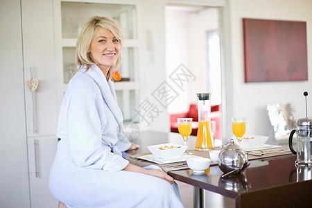 穿着浴袍的女人图片