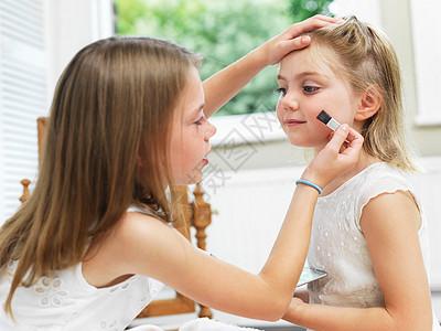 给朋友化妆的女孩图片