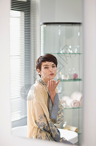 浴室里的女人图片