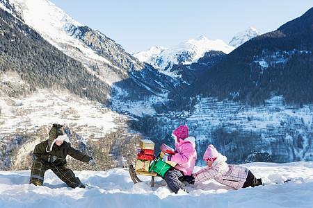在雪地里玩耍的孩子们图片