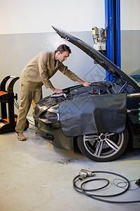 修理汽车发动机的技工图片