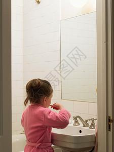 女孩在浴室刷牙图片
