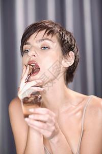 女人吃甜点特写镜头图片