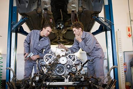 修理发动机的技工图片