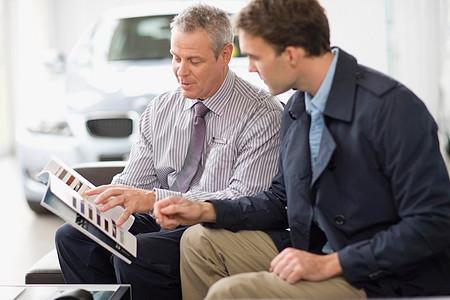 汽车销售人员与客户交谈图片