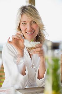 穿着浴袍的女人吃早餐图片
