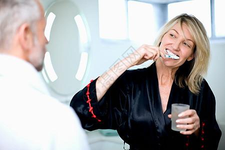 在浴室刷牙的女人图片