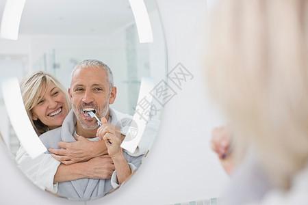 男人和妻子刷牙图片