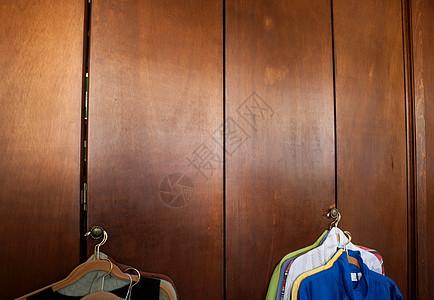 挂在壁橱门上的衬衫图片