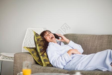 穿着浴袍的女人在打电话图片