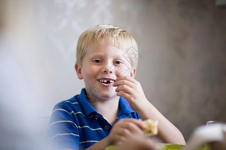 男孩在餐桌上吃饭图片