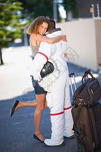 拥抱宇航员的女人图片