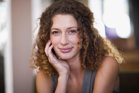 女人微笑的浪漫画像图片