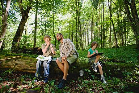 森林里的孩子和老师图片