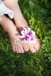 带花的童足图片