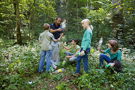 森林里的老师和学生图片