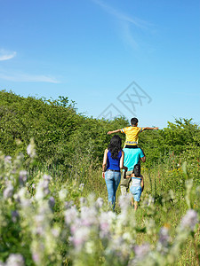 一家人走在花田里图片