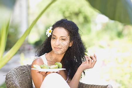吃新鲜水果的女人图片