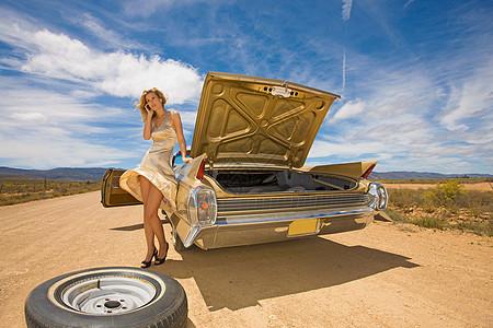 沙漠上一个女人靠在车边打电话图片