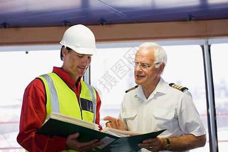 与船长一起讨论工作图片