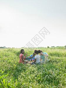 一家人坐在花田里图片