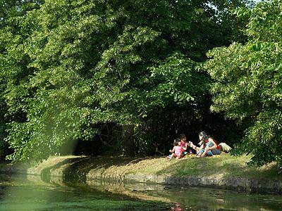 一家人坐在河岸上图片