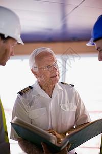 船长与工人交谈图片