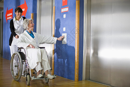 坐轮椅的老太太和护士图片