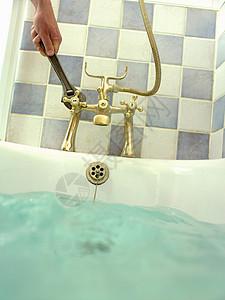 用扳手固定浴缸的人图片