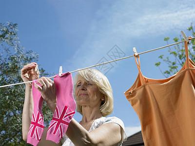 女人把袜子挂在晾衣绳上图片