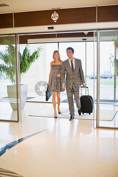 夫妇抵达酒店图片