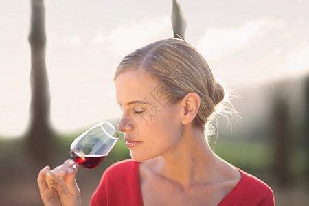 喝红酒的女人图片