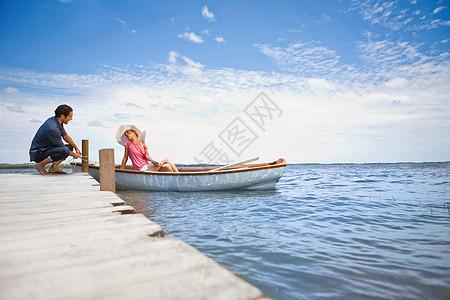 一对夫妇开始乘船旅行图片