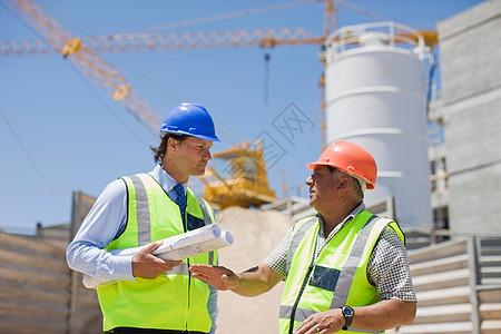 建筑师与建筑工人交谈图片