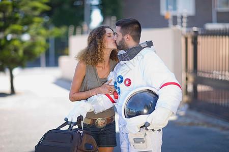 亲吻宇航员的女人图片
