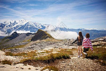 在岩石景观中行走的儿童图片