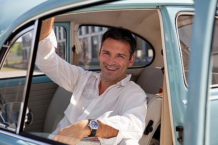 车上的男人图片