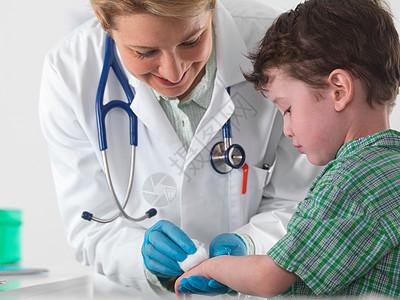 医生照顾受伤的小男孩图片