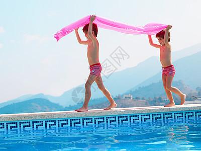 两个人在游泳池边图片