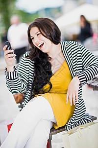 打手机的女人图片